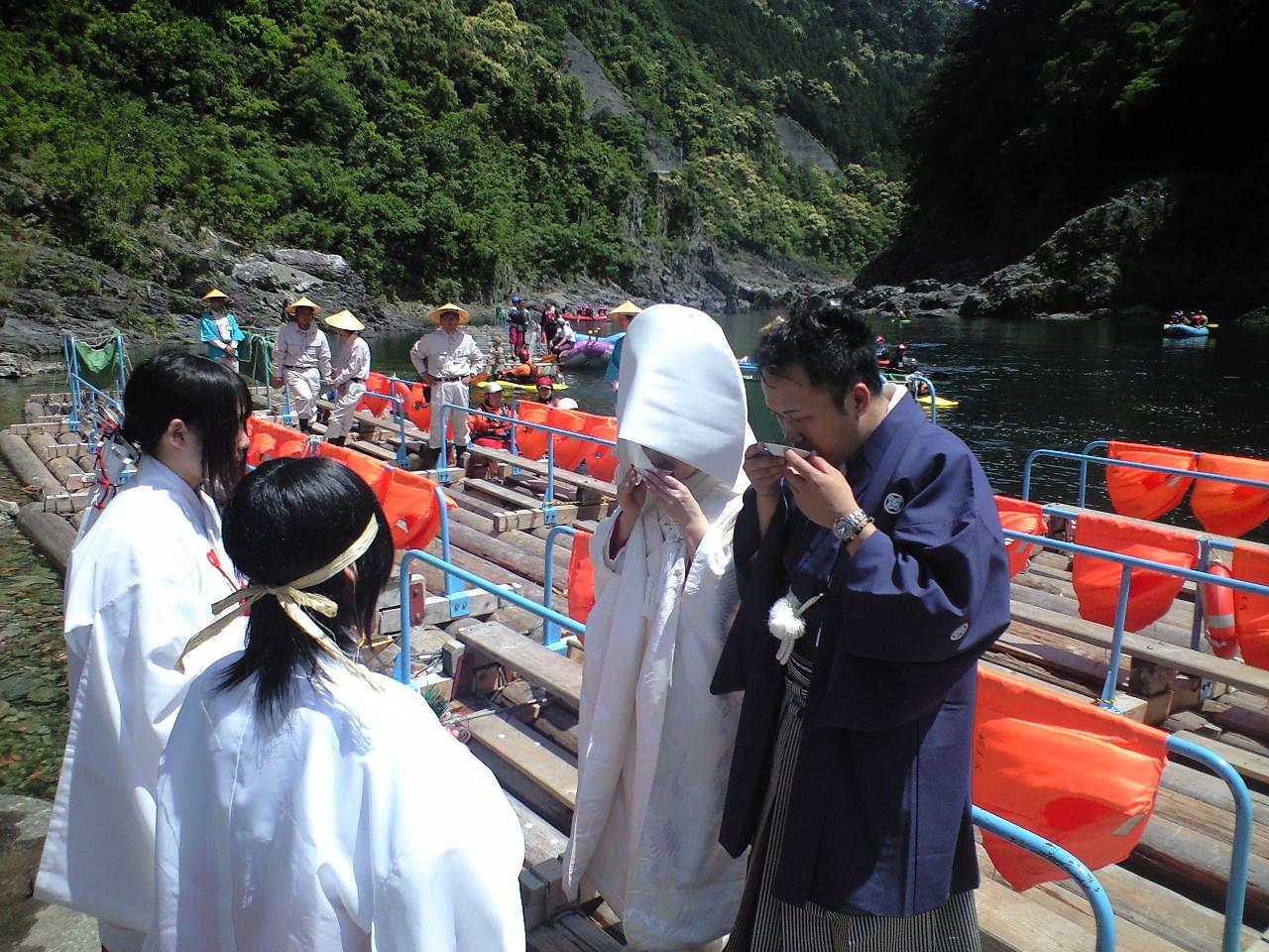 和歌山県北山村・イカダの上で結婚式!