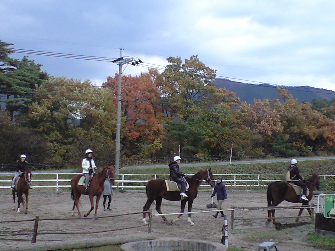 紅葉の中の乗馬