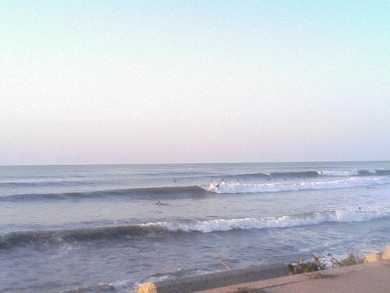 大山の名和の海岸はサーファーでいっぱいだ